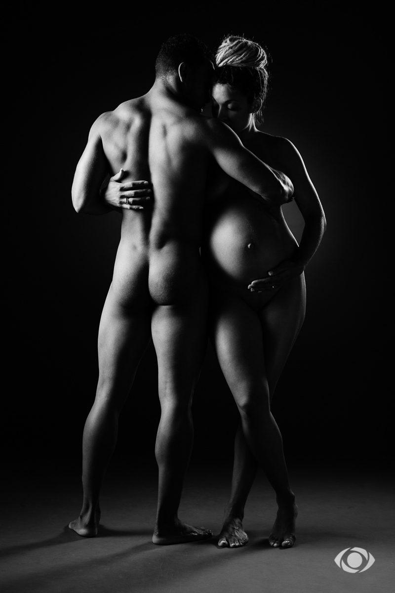 Couple femme enceinte en noir et blanc, nu artistique